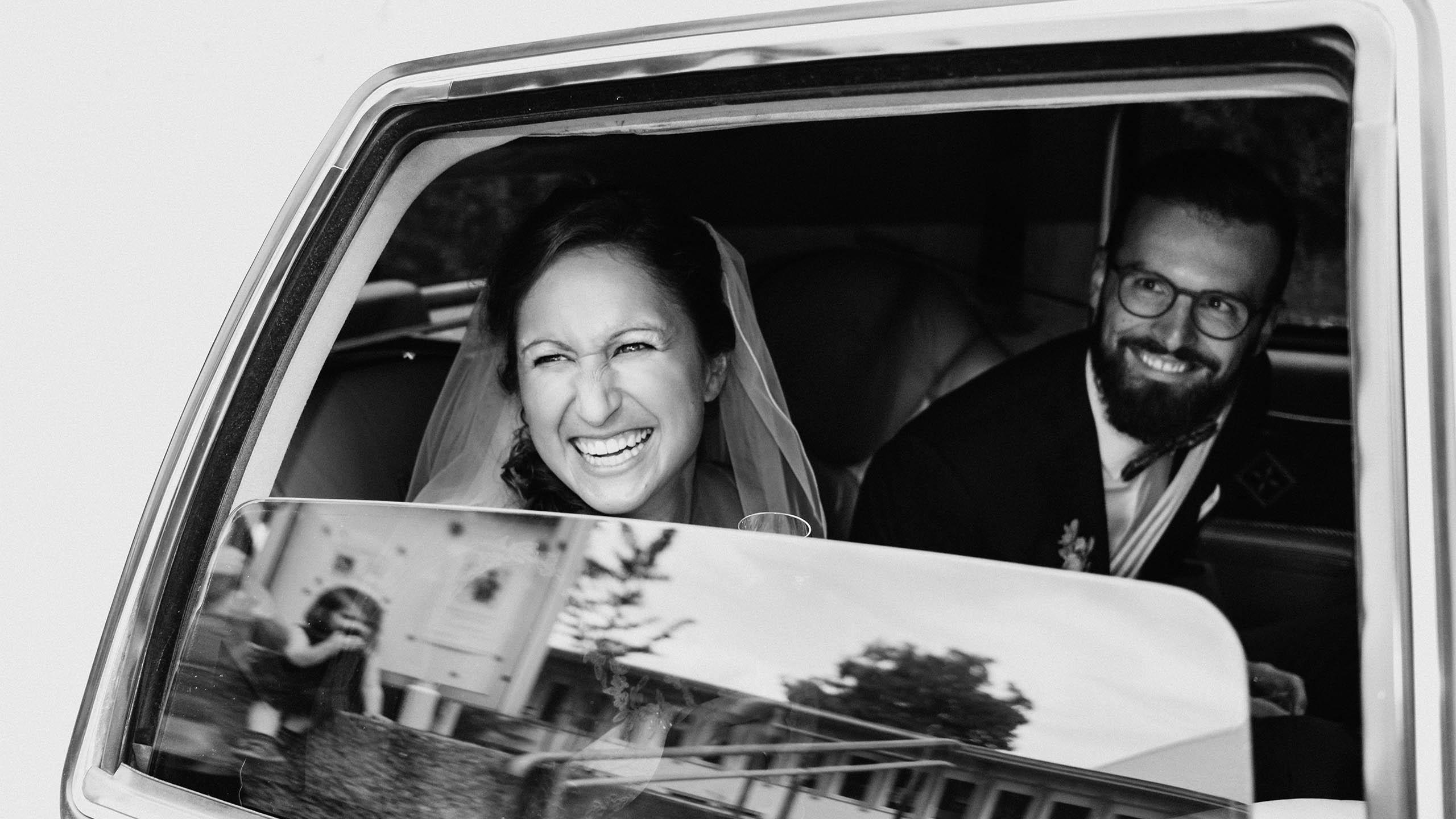 Brautpaar im Auto Limousine Beispielfoto